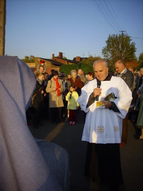 na Litewskiej modliła się dziewczynka z Podwórkowych Kółek Różańcowych