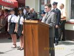 W imieniu posła Dariusza Seligi gratulacje składa asystent Kamil Ładziak